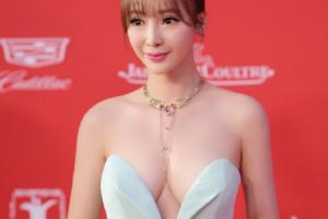 中 섹시 배우, 세월 역행 글래머 몸매
