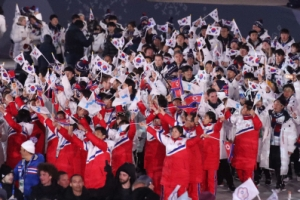 [포토] '공동 입장 다른 국기' 흔들며 입장한 평창동계올림픽 폐회식