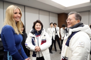 """""""이방카, 문대통령 내외 취미까지 연구…트럼프의 메시지 전달"""""""