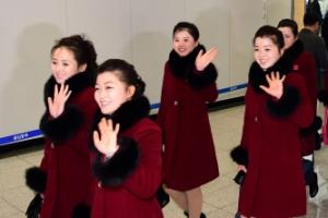 [서울포토] 손 흔들며 떠나는 북한 응원단