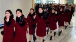 북한 응원단, '웃으며 다…