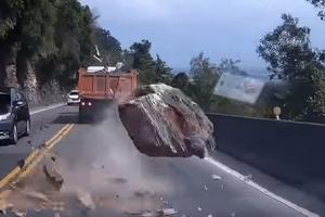 절벽 위에서 떨어진 돌덩이 피한 운전자