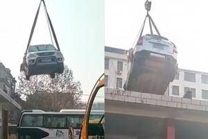 버스 차고지에 불법주차 했다가 건물 옥상에 견인된 차량