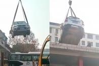 버스 차고지에 불법주차 했다가 건물 옥상에 견인된 차…