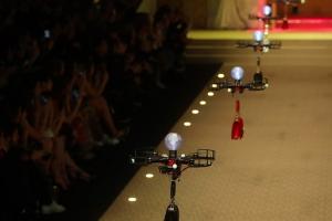 이제 모델까지?…밀라노 패션쇼에 등장한 드론