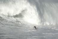 베테랑 서퍼 집어삼키는 7.6미터 거대 파도