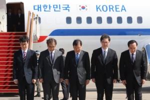 [서울포토] 방북 전 인사하는 대북특사단