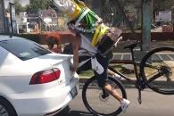 자전거 타고 달리다 한눈판 남성의 굴욕