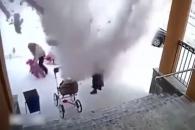 지붕 위 눈사태가 아이와 엄마를 덮치는 끔찍한 순간