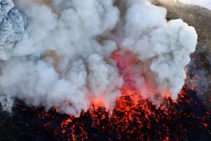 '007 제임스본드' 영화에 나온 일본 신모에다케 화산, 폭발적 분화