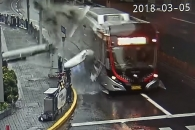 강풍 불자 달리는 버스 위로 떨어진 건물 기둥
