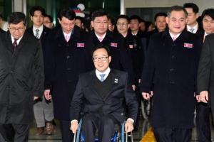 北 패럴림픽 선수단·대표단 24명 방남…소감 질문에 미소만