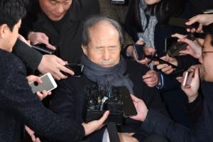[포토] '쏟아지는 질문에 눈 감은채' 이상득 전 의원, 피의자 신분 검찰 소환