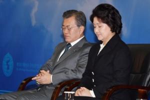 [포토] '두 손 모아 기도하는' 문재인 대통령과 김정숙 여사