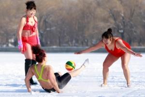 [포토] '비키니 입고' 눈밭 위에서 즐거운 공놀이