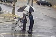[따뜻영상] '괜찮으세요?' 할머니에게 우산 건네는 …