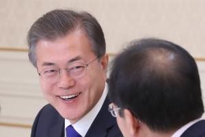문재인 대통령 지지율 70%대 회복…'남북대화 재개' 영향