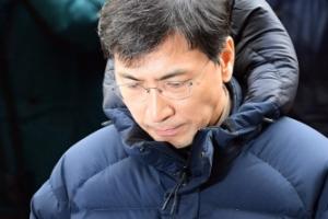 출판사 스리체어스, '성추문' 안희정·고은 책 전량 회수·폐기