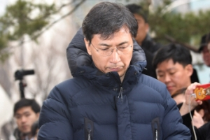 """[영상]나흘만에 불쑥 檢에… 안희정 """"국민·가족에게 죄송하다"""""""