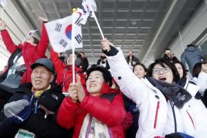 밝게 웃으며 패럴림픽 관람하는 김정숙 여사