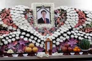 쓸쓸했던 장례식…조민기 조용히 발인