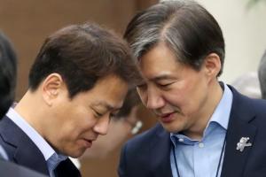 [서울포토] 수석보좌관회의 앞서 대화 나누는 임종석-조국