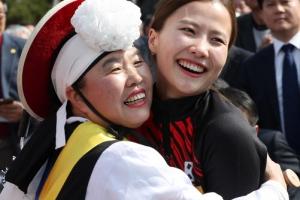 [포토] '안아주고 싶었어'… 의성의 자랑 여자 컬링 대표팀 환영식
