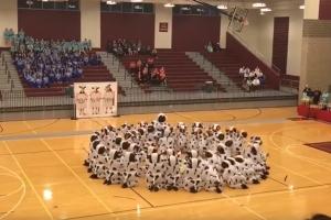 어느 美 고등학교 댄스팀의 젖소 퍼포먼스 화제