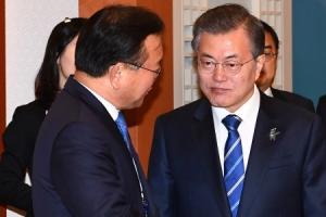 [서울포토] 김부겸 장관과 대화하는 문재인 대통령
