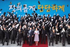 [서울포토] 문재인 대통령 내외, 미래의 경찰 주역들과 기념촬영