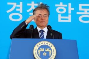 [서울포토] '머리카락 휘날리며' 문재인 대통령…경찰대학생·간부후보생 합동임용식…