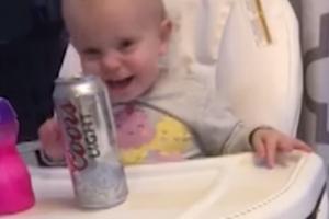 '맥주 너무 좋아' 아빠 맥주 눈독들이는 아이