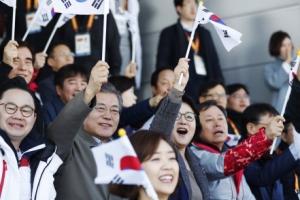 [서울포토] 문 대통령 부부, 태극기 흔들며 '평창 패럴림픽' 응원