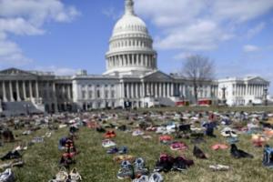 총격 희생 학생 7000명 대신한 신발시위