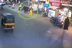길가던 여성을 공중으로 날려버린 인도 소