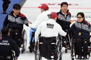[서울포토] '평창 패럴림픽' 노르웨이 선수들과 악수하는 컬링 대표팀 선수들