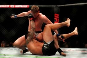 'UFC 신성' 볼코프, 전 챔프 베우둠에 4라운드 KO승