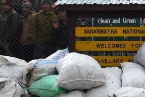 에베레스트 쓰레기 몸살, 100톤을 카트만두로 공수해 재활용
