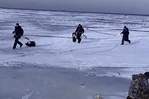 얼음낚시 도중 깨진 얼음판에 낚시꾼 줄행랑