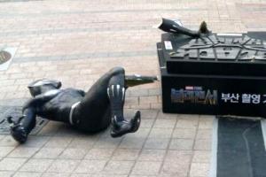 [포토] 쓰러진 '블랙팬서' 조각상