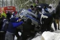 도랑 빠진 경주 차량 도운 랠리 팬들