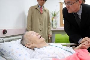 """박종철 부친 찾은 첫 검찰총장 """"사과 늦어 송구"""""""