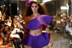 [포토] 화려한 열대 꽃처럼 선명한 퍼플 드레스