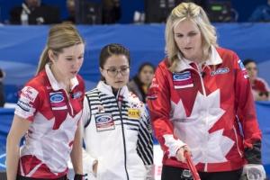 [포토] 세계여자컬링선수권, 캐나다 선수들 사이 심각한 '안경 선배'