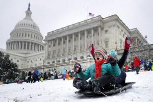 지각 폭설에 눈썰매장된 美연방의사당