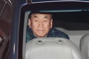 [서울포토] '구속 여부 임박' MB 자택으로 들어가는 이재오 전 의원