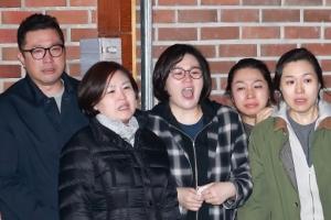 [서울포토] 구치소로 이송되는 MB를 눈물로 배웅하는 가족들