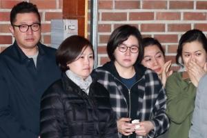 [서울포토] MB 구속에 눈물 흘리는 가족들