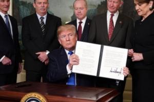 [美·中 무역전쟁] 관세폭탄 행정명령 들어보이는 트럼프