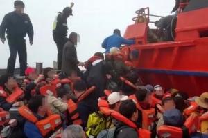 [포토] '다른 선박으로 이동하는' 좌초 쾌속선 승객들